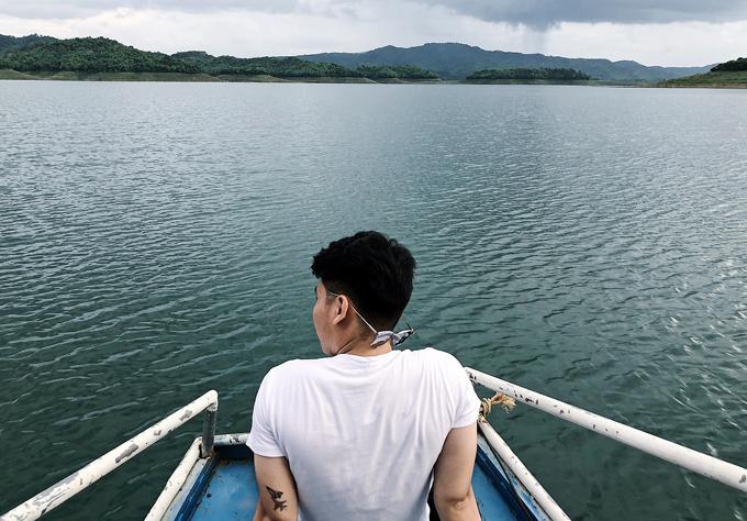 Đi thuyền trên hồ, thời gian lý tưởng nhất là vào buổi hoàng hôn, bạn sẽ cảm nhận được sự giao hòa của trời đất. Khung cảnh cũng rất lãng mạn.