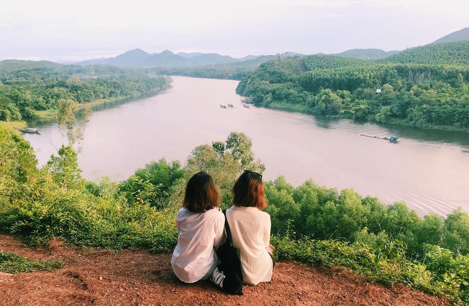 Nằm cách trung tâm thành phố Huế khoảng 7 km, đồi Vọng Cảnh được xem như nơi ngắm nhìn cố đô từ trên cao đẹp nhất. Đặc biệt, nơi đây là điểm đến lý tưởng lúc bình minh và hoàng hôn, khi những tia nắng rọi qua từng tán lá, lấp lánh trên dòng sông Hương.