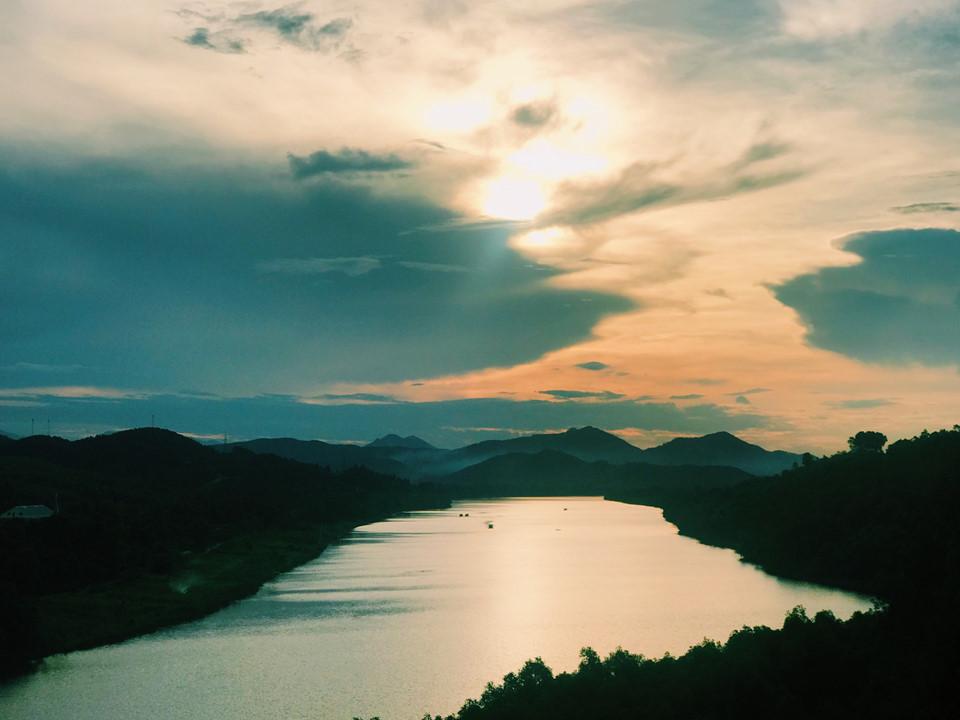 Mở ra trước mắt là bao la sông núi đẹp tựa tranh vẽ. Nào sông Hương hiền hoà thơ mộng với dòng nước trong xanh đang quanh co uốn lượn. Nào là hai bên bờ cây cối tốt tươi, những khu vườn cây ăn quả cam, nhãn, quýt, thanh trà xen lẫn bóng thông.