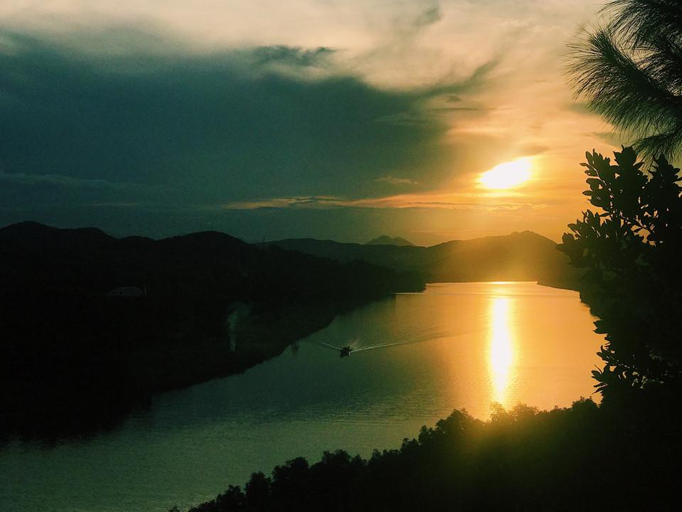 Đứng trước đất trời lúc ngày đêm giao hòa, bạn sẽ thấy mình nhỏ bé lại, mọi phiền muộn như tan ra cùng mây, hoà vào cùng sông. Nói hoàng hôn là minh chứng của việc kết thúc cũng có nét đẹp riêng, quả chẳng sai. Nếu có cơ hội, bạn hãy một lần đến ngắm nhìn và cảm nhận. Vẻ đẹp Huế trong bạn chắc chắn sẽ in đậm mãi chẳng quên.
