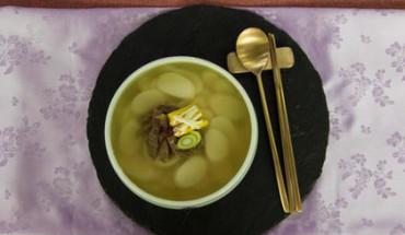 Mỗi vùng miền ở Hàn Quốc có thêm các thành phần khác nhau cho món súp bánh gạo. Ảnh: BBC.