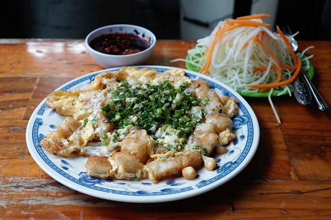 Suất ăn dọn ra nóng hổi, bắt mắt với lớp màu vàng của trứng, bột. Sự thành công của món ăn không thể thiếu chén nước chấm được pha riêng cùng đĩa đủ đủ sống và củ cải ngâm chua.