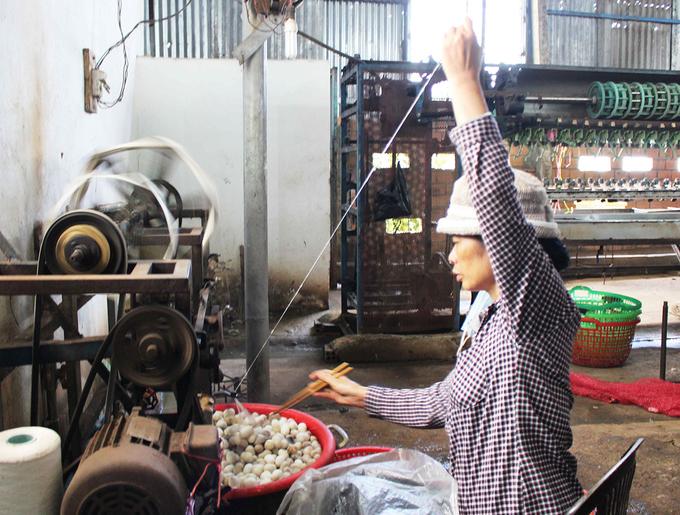 Công đoạn ươm tơ bằng phương pháp thủ công. Chủ cơ sở giữ nguyên cách thức sản xuất lâu đời để lưu giữ nghề truyền thống, kết hợp với làm du lịch, giới thiệu nét đẹp của nghề dệt với du khách.