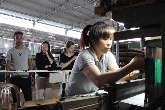 Bạn có thể tham quan phòng trưng bày của cơ sở hoặc đi vào bên trong nhà máy để xem nguồn gốc, quy trình sản xuất.