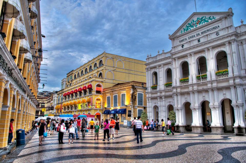 Trung tâm lịch sử Macau: Được công nhận là Di sản Thế giới năm 2005, trung tâm lịch sử Macau có hơn 20 công trình tiêu biểu cho sự ảnh hưởng của hai nền văn hóa Trung Quốc và Bồ Đào Nha. Du khách có thể ghé thăm di tích nhà thờ St. Paul, quảng trường Senado và ngôi đền cổ nhất thành phố A-Ma. Ảnh: Petzzz21/Flickr.