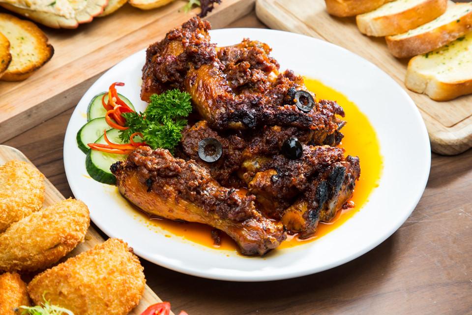 Thưởng thức ẩm thực cao cấp giao thoa đầu tiên trên thế giới: Với lịch sử hơn 400 năm, ẩm thực cao cấp Macau được xem là những món ăn giao thoa đầu tiên trên thế giới. Pha trộn giữa các nguyên liệu, kỹ thuật của Trung Quốc và Bồ Đào Nha, Macau có nhiều món ngon nổi tiếng như minchi (làm từ thịt băm), gà kiểu Phi và tacho (món hầm). Ảnh: Macau Lifestyle.
