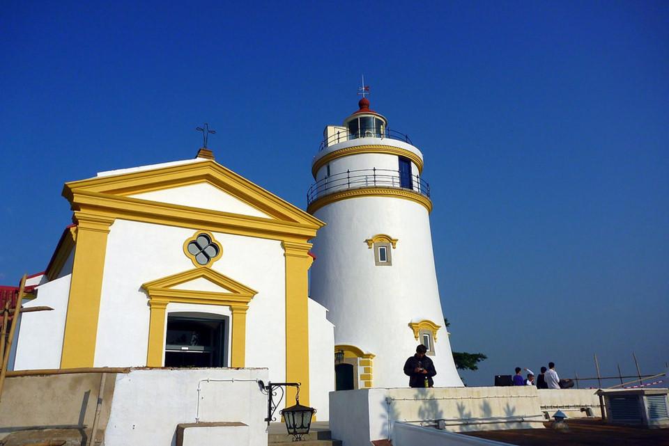 Cáp treo đồi Guia: Đến Công viên đồi Guia, du khách có thể đi cáp treo và ngắm toàn cảnh thành phố. Trên đỉnh đồi, ngoài khung cảnh tuyệt đẹp, bạn còn được khám phá pháo đài Guia, công trình được xây dựng từ đầu thế kỷ 17. Pháo đài còn có một nhà nguyện và hải đăng theo phong cách châu Âu. Ảnh: Asiatourist.