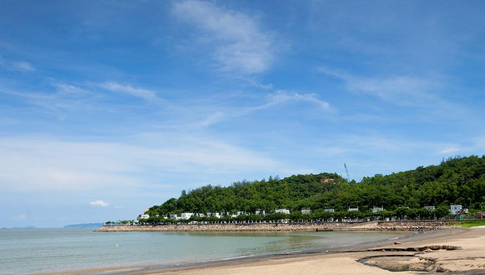 Những bãi biển tuyệt vời: Phía nam đảo Coloane có nhiều bãi biển đẹp, trong đó có bãi Hắc Sa nổi tiếng với cát màu đen độc đáo. Giờ đây, bãi được thêm cát vàng để tránh xói mòn và là nơi tuyệt vời để bạn tận hưởng một khoảng thời gian thư thái. Bãi biển này cũng có nhiều nhà hàng hải sản. Bãi Cheoc Van cạnh đó nhỏ hơn, nằm trong một vịnh nhỏ xinh xắn và yên tĩnh hơn. Ảnh: CNN.