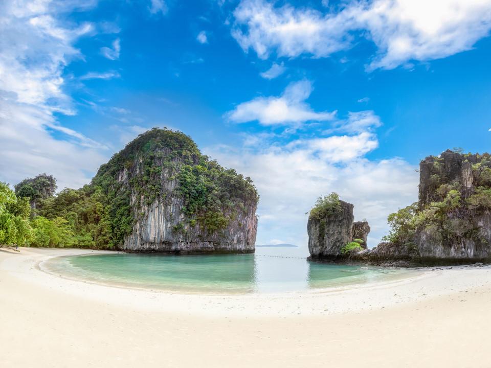 """Khám phá những ngọn núi trên biển: Những khối đá sừng sững trên biển xanh của Phuket tạo ra khủng cảnh hùng vĩ, ấn tượng. Du khách có thể thuê canoe khám phá những hòn đảo nhỏ, thăm thú các """"viên ngọc"""" ít người biết của vịnh Phang Nga và ghi lại khoảnh khắc ấn tượng. Ảnh: CNTraveler."""