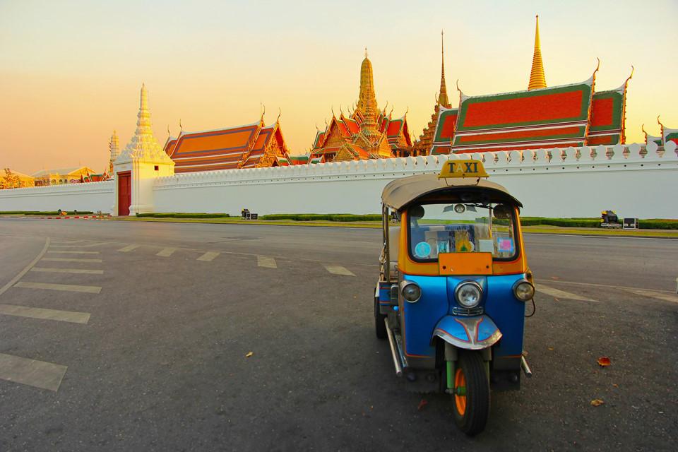 Đi dạo một chuyến trên xe tuk tuk: Một chuyến đi tới Thái Lan sẽ không hoàn chỉnh nếu thiếu trải nghiệm xe tuk tuk. Bạn có thể bắt xe để dạo chơi khắp các khu chợ đêm hay đường phố ở Bangkok. Ảnh: Asia Travel Agency.