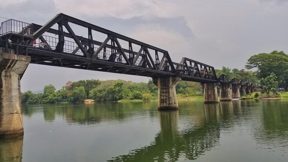 Thăm cây cầu trên sông Kwai: Đây là cây cầu nổi tiếng của tuyến đường sắt Burma, được xây dựng trong Thế chiến II. Nằm ở Kanchanaburi, gần biên giới với Myanmar, cây cầu còn có bảo tàng Đường ray tử thần với nhiều hiện vật và tranh ảnh về những tù nhân chiến tranh đã chết khi xây cầu. Ảnh: Expedia.