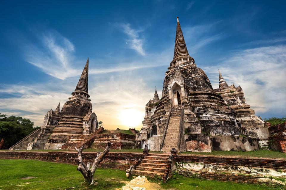 Ngược dòng thời gian ở những ngôi đền của Ayutthaya: Từng là kinh đô của vương quốc Siam cổ xưa, Ayutthaya thu hút du khách nhờ những ngôi đền, cung điện và tượng đài tuyệt đẹp. Với vị trí ngay gần Bangkok, nơi này rất hợp để bạn khám phá trong ngày. Ảnh: Backpacker Deals.