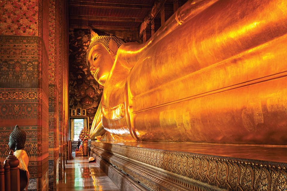 Tĩnh tâm ở đền Wat Pho: Là một trong những ngôi đền nổi tiếng nhất Bangkok, Wat Pho được xây dựng từ thế kỷ 16 và được UNESCO công nhận là Di sản thế giới. Hàng triệu du khách đổ về đây để chiêm ngưỡng tượng Phật nằm dát vàng. Ảnh: Alealetours.