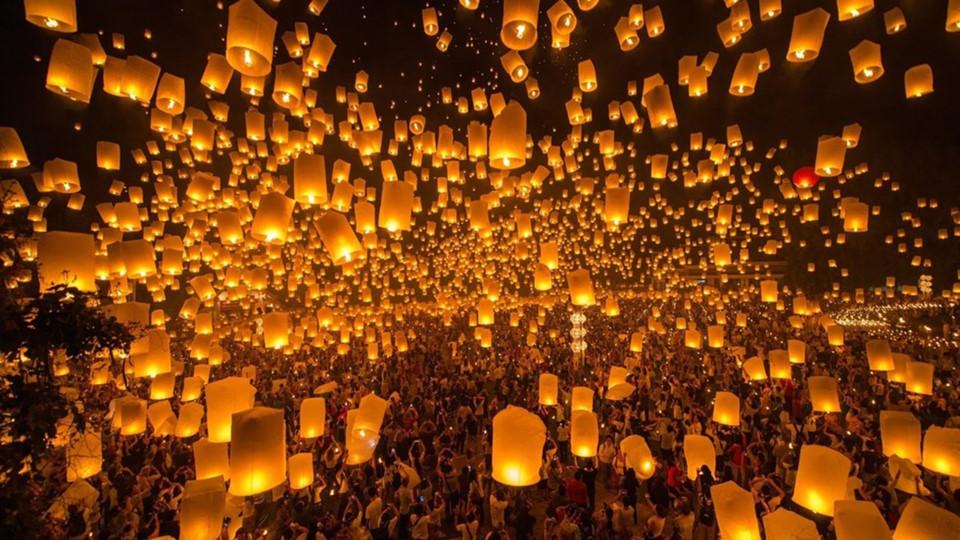 Lễ hội đèn trời: Lễ hội Yi Peng thường được tổ chức vào ngày rằm tháng 12 theo lịch Thái. Bạn có thể đến Sukhothai, nơi khởi đầu của truyền thống này và cũng là một trong những nơi tổ chức lễ hội nổi tiếng nhất. Trong 5 đêm, người dân và du khách sẽ thả những ngọn đèn trời, xem pháo hoa và các màn biểu diễn nghệ thuật dân gian. Ảnh: Odyssey.