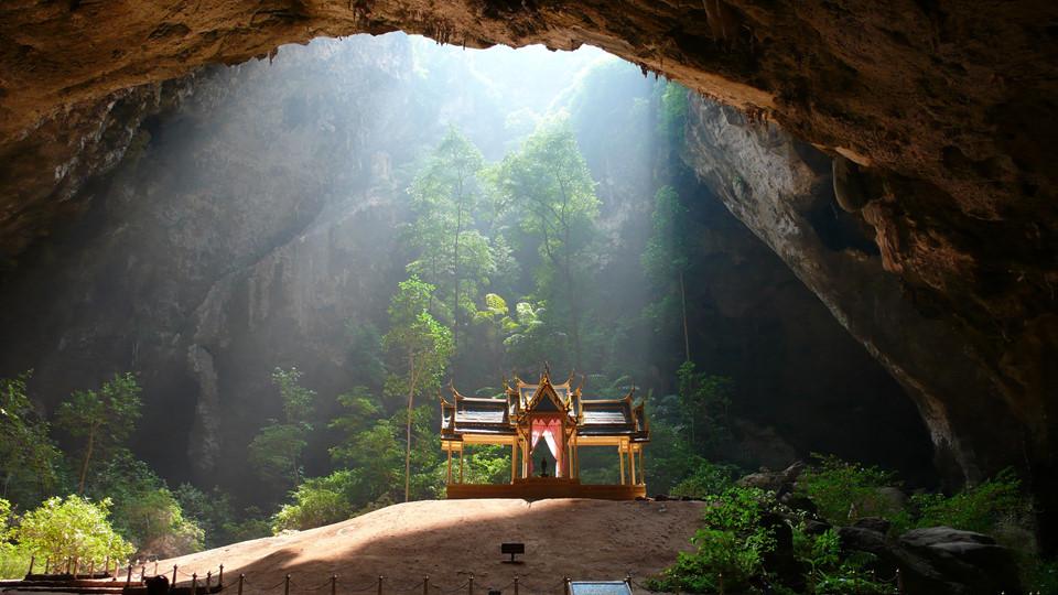 Thám hiểm hang động: Nằm ở phía đông Thái Lan, công viên quốc gia Samroiyod là công viên hải dương đầu tiên của quốc gia này. Ngoài hệ động thực vật phong phú, Samroiyod còn nổi tiếng với những hang động khổng lồ cho du khách khám phá. Trong đó, ấn tượng nhất là hang Phraya Nakhon ở Hua Hin. Đáy hang có một ngôi đình được xây dựng cho đức vua vào thế kỷ 19. Ảnh: Bangkokpost.