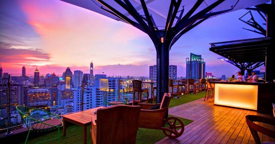Ăn tối trên sân thượng: Chỉ riêng việc ăn ở Bangkok đã là một trải nghiệm tuyệt vời, nhưng thưởng thức những món ngon trên sân thượng trong lúc chiêm ngưỡng khung cảnh thành phố sẽ đem lại cho bạn ấn tượng khó quên. Bangkok có nhiều nhà hàng và quán bar trên cao, như Sirocco, Red Sky và Vertigo. Ảnh: Tripgether.