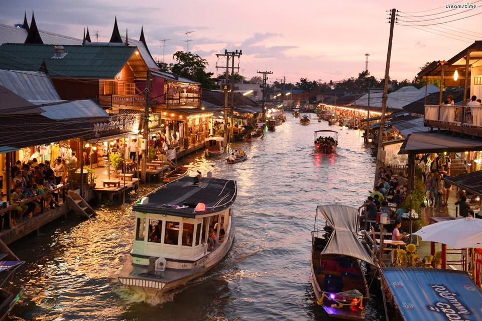 Khám phá chợ nổi: Là một trong những chợ nổi lâu đời nhất Thái Lan, chợ Amphawa đem lại cho du khách trải nghiệm đáng nhớ. Người bán chèo thuyền mời khách như tổ tiên hàng trăm năm trước, với vô vàn sản vật địa phương và món ngon dành cho du khách. Ảnh: Klook.