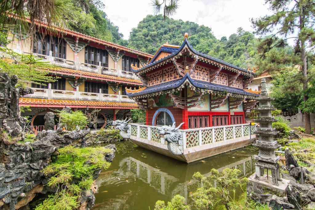 Cách đó 5 phút đi xe là chùa Sam Poh Tong xây dựng từ năm 1912, thờ Phật của cộng đồng người Hoa tại Ipoh, tọa lạc bên trong ngọn đồi đá vôi. Phía trước chùa là khu vườn cây cảnh, hồ nước với cá lội tung tăng. Bên trong thờ các chư vị Phật và tận cùng trong hang là khoảng sân nuôi rất nhiều rùa. Du khách tới đây thường mua cà chua và rau muống cho rùa ăn.