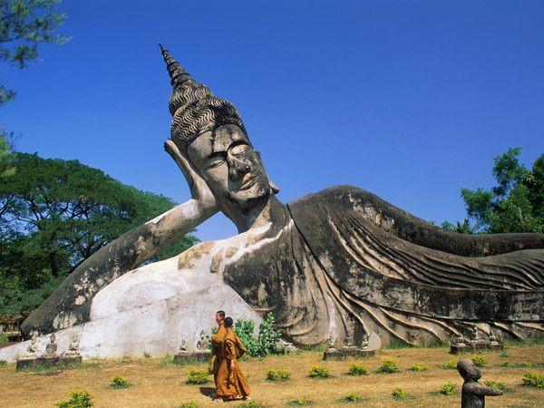 Vườn tượng Phật: Công trình kỳ bí nổi tiếng tại Viêng Chăn còn có tên gọi là Công viên Phật giáo, nơi tọa lạc của 200 tượng Phật và các vị thần Hindu tinh xảo, uy nghiêm với mọi kích cỡ. Tọa lạc bên bờ sông Mekong, vườn tượng Phật Xieng Khuan cách trung tâm Thủ đô Viêng Chăn khoảng 25 km. Bức tượng Phật nằm khổng lồ dài 40 m tọa lạc giữa trung tâm của vườn. Bên cạnh đó, nơi đây còn có tượng những vị thần, linh vật, ác quỷ, con người… Ảnh: Aglicant.
