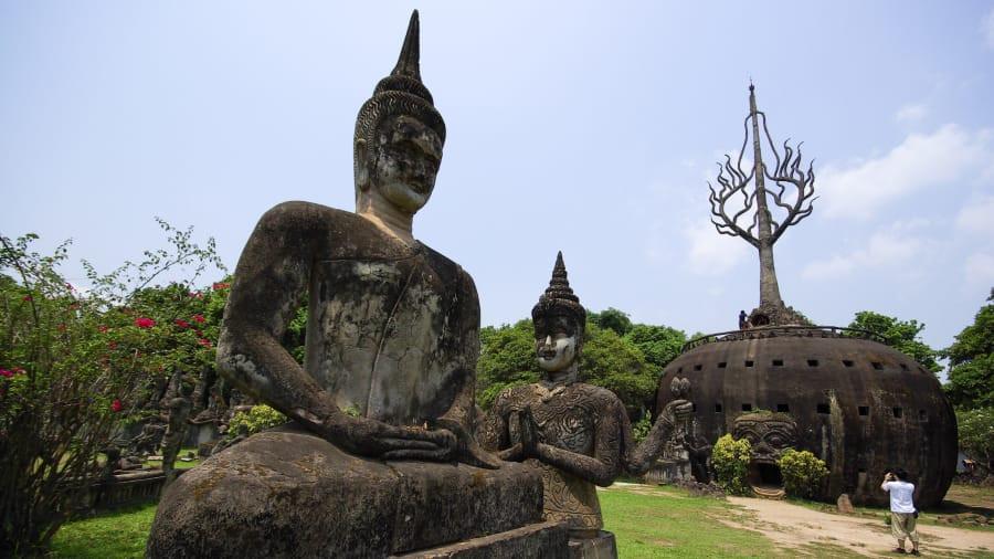 Không chỉ là điểm đến của các Phật tử, du khách đến Lào thường ghé thăm nơi đây để cảm nhận sự yên bình, ấm cúng của vùng đất Phật. Khách tham quan sẽ biết thêm nhiều nét văn hóa độc đáo của vương quốc triệu voi và gửi gắm những ước nguyện nơi vùng đất linh thiêng này. Ảnh: CNN.