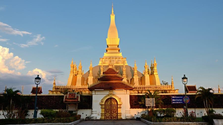 Tháp Pha That Luang: Di tích quan trọng nhất của vương quốc triệu voi nằm ở Thủ đô Viêng Chăn của Lào. Trung tâm công trình là ngôi bảo tháp linh thiêng cao 45 m nổi bật giữa trời xanh và bao quanh là 30 ngọn tháp nhỏ mang nét ý nghĩa đại diện cho 30 năm tu hành của Đức Phật Thích Ca. Ảnh: CNN.