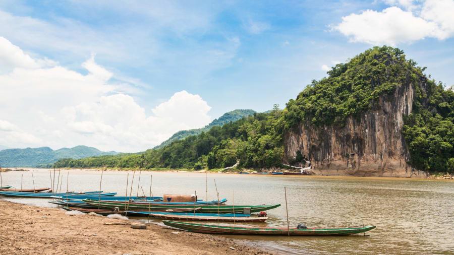 Du khách quốc tế thường tận hưởng phong cảnh, khám phá đời sống người dân Lào bên dòng sông nổi tiếng này trong những chuyến đi thuyền. Trên hành trình chạy dọc sông Mekong, lữ khách sẽ có cơ hội khám phá động Pak Ou kỳ bí với hàng nghìn tượng Phật bằng vàng. Ảnh: CNN.