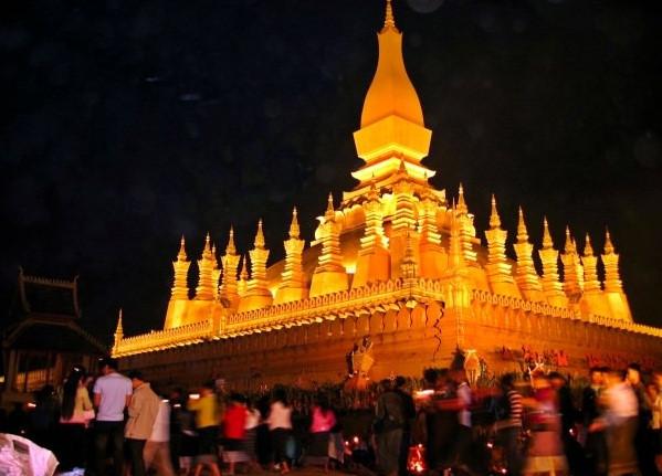 Trong tiếng Lào, That Luang có nghĩa là Tháp lớn. Pha That Luang là biểu tượng quốc gia, sở hữu kiến trúc mang đậm nét văn hóa Lào. Bên cạnh những dịp lễ hội, Pha That Luang là điểm tham quan và hành hương không thế thiếu trong các chuyến du lịch của khách quốc tế đến Lào. Bảo tháp linh thiêng càng nổi bật giữa ánh hoàng hôn và khung cảnh thiên nhiên Lào khi về đêm. Ảnh: IndieTravelPodcast, Getty.