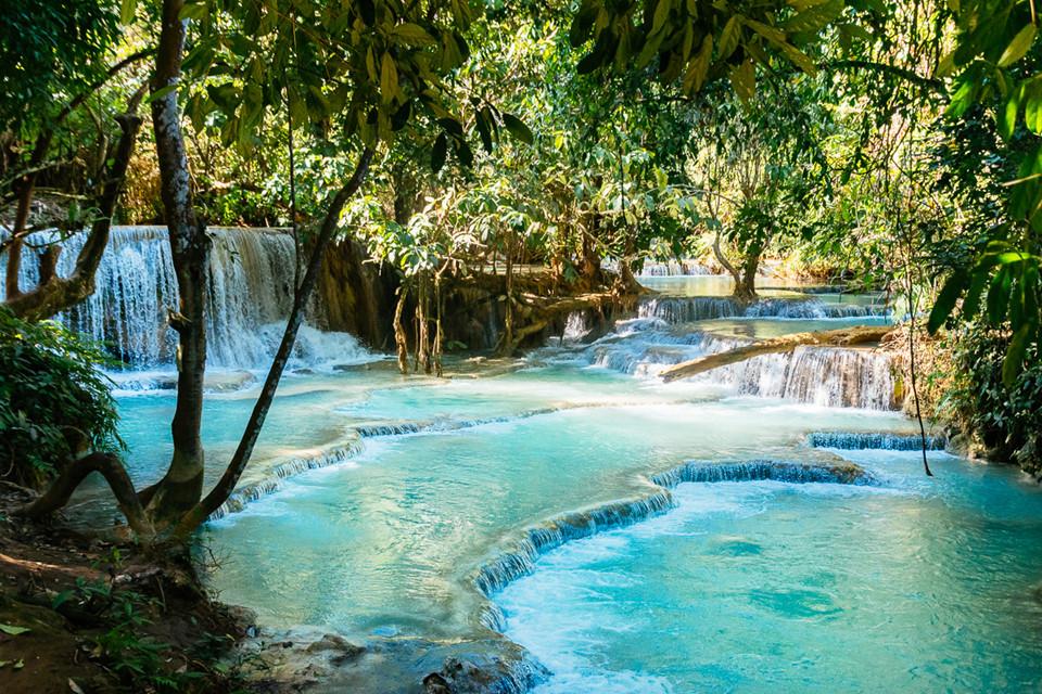 Đầm Blue Lagoon: Đầm xanh biếc nằm cách thị trấn Vang Vieng khoảng 7 km nên du khách dễ dàng đến đây bằng xe tuk tuk hoặc xe đạp, phương tiện công cộng. Quần thể thiên nhiên này gồm các đầm phá khá sâu với dòng nước xanh biếc tự nhiên. Du khách đến đây sẽ hòa mình vào không gian thiên nhiên đẹp như tuyệt tác với thác nước nhỏ nhiều tầng nằm giữa đồi núi xanh ngắt. Ảnh: SundownTraveler.