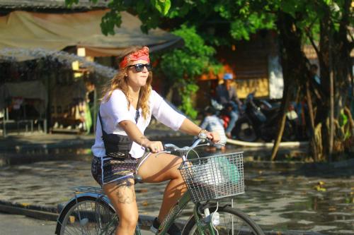 Xe đạp và xích lô là hai phương tiện di chuyển yêu thích của khách nước ngoài khi ở Hội An.