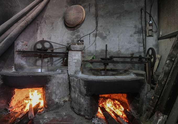 6 giờ sáng, căn bếp nhà anh Nguyễn Khắc Tiến ở làng Mễ Trì Thượng, Từ Liêm, Hà Nội đã rực lửa để sẵn sàng cho mẻ cốm đầu tiên trong ngày. Làm cốm là nghề truyền thống của làng Mễ Trì nhiều đời nay.
