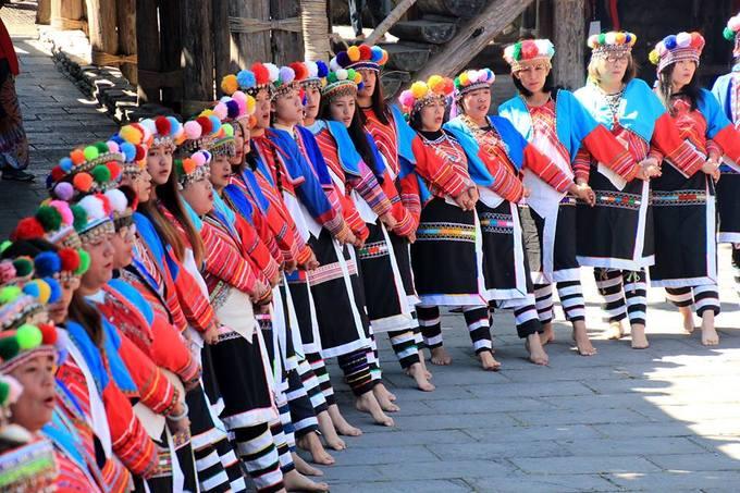 Theo số liệu năm 2018, bộ tộc Tsou có 8 bộ lạc, với hơn 6.600 người, chiếm khoảng 1,19% tổng dân số bản địa của Đài Loan, khiến họ trở thành tộc người bản địa lớn thứ bảy trên hòn đảo. Trong truyền thuyết Tsou, bộ tộc này ban đầu sống trên núi Yushan và chỉ di cư xuống miền xuôi sau một trận lũ lớn cô lập họ. Ban đầu, gia tộc Liang của bộ tộc Tsou thành lập làng Tefuye ở trên núi A Lý, và tộc Wen lập làng Dabang, cách đó 2 km. Ảnh: Weibo.