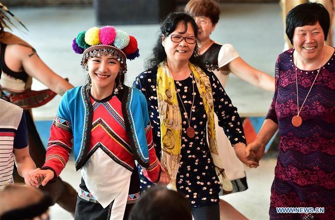 Đám cưới của người Tsou cũng có nhiều truyền thống riêng, đặc biệt hôn nhân cận huyết bị cấm hoàn toàn. Đôi lứa yêu nhau có thể tự do thể hiện tình cảm chốn đông người với những cái ôm hay nụ hôn nhẹ nhàng. Ảnh: hero780403.