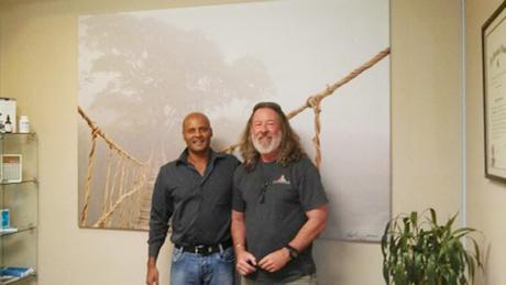 Skip Nall (bên phải) chụp cùng đồng nghiệp trước bức ảnh để đời. Ảnh: Skip Nall.