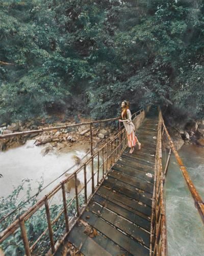 Blogger gốc Việt cho biết, cô không thể chụp được tấm hình như bản gốc do cây cầu khá nguy hiểm. Ảnh: Sarah Trần.