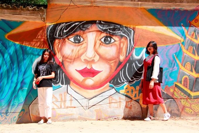 Theo người dân nơi đây, 7 tháng trước, một nhóm họa sĩ ở Huế và họa sĩ nước ngoài đã cùng nhau sáng tác trên những bức tường kéo dài một km.