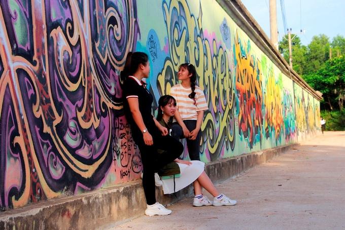Giới trẻ Huế và du khách có thể kết hợp đi thăm đồi Vọng Cảnh và ghé chụp ảnh với những bức tường đặc biệt này.