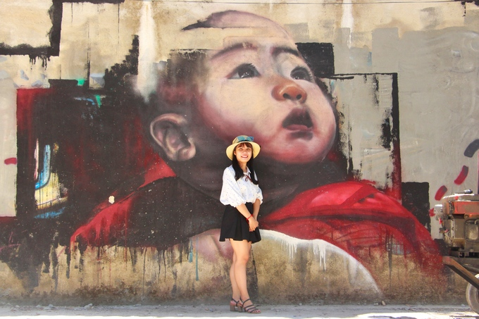 """Theo anh Châu, người dân phường Thủy Biều, việc vẽ tranh lên bức tường dài trong ngõ đã tạo thêm nét đẹp cho nơi đây và nâng cao nhận thức của người dân. """"Trước đây, nhiều người hay vứt rác cạnh bức tường. Nhưng từ khi có các bức tranh thu hút nhiều người đến chụp ảnh, mọi người không còn đổ rác bừa bãi nữa"""", anh Châu nói."""