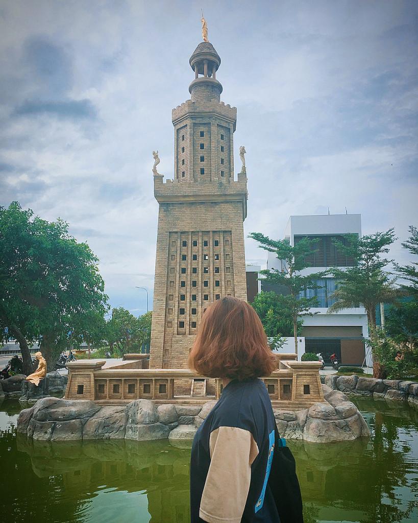 Chùa Một Cột và ngọn hải đăng Alexandria (một trong 7 kỳ quan thế giới cổ đại) với lớp sơn vàng ấn tượng. Ảnh: @phuong_5898.
