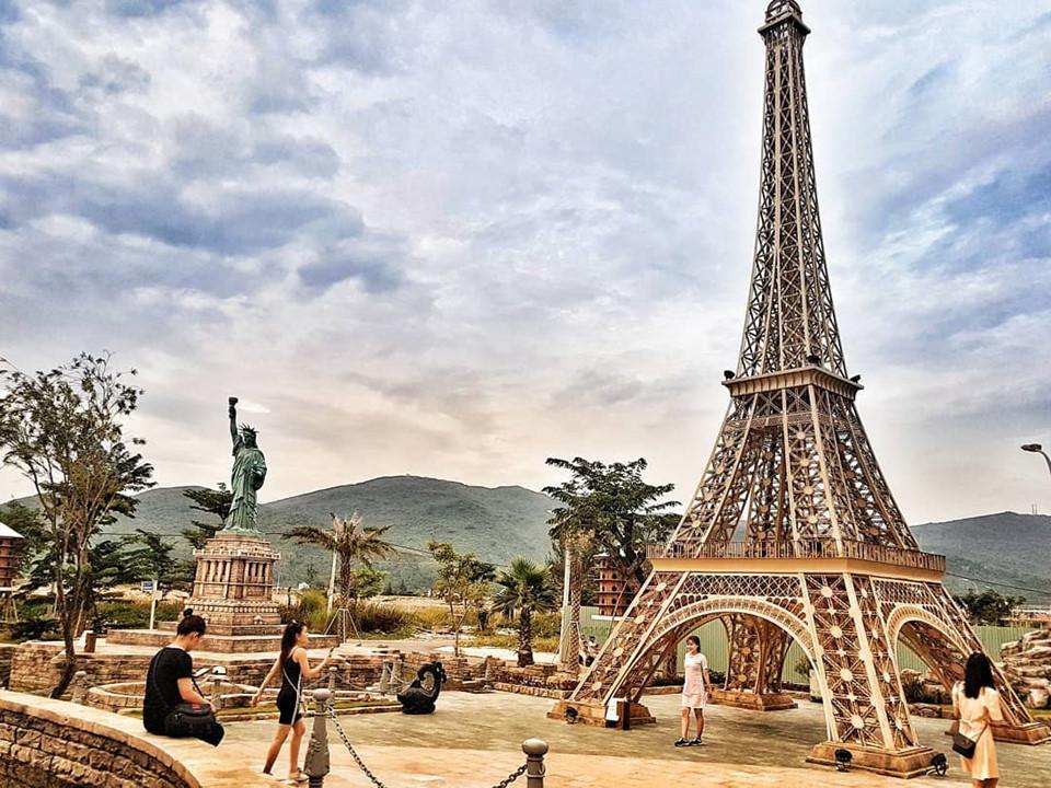 Thực tế, cả khu tổ hợp khách sạn và công viên là một trong số những công trình phục vụ APEC 2017. Công viên nằm ở phía trước sảnh chính và sở nhiều bức tượng, mô hình kỳ quan trên thế giới cũng như Việt Nam. Ảnh: @_hoagviett.