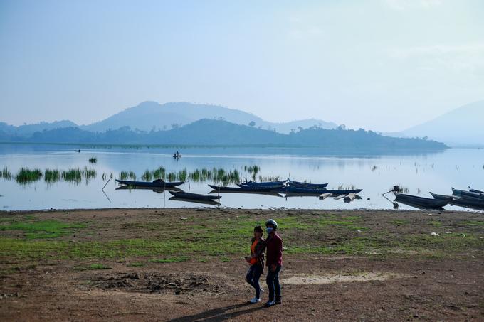 Cách TP Buôn Ma Thuột khoảng 60 km về phía nam, hồ Lăk là hồ nước ngọt tự nhiên lớn nhất tỉnh Đăk Lăk và lớn thứ hai Việt Nam (sau hồ Ba Bể), với diện tích khoảng 500 ha.  Tại đây, du khách dễ dàng trải nghiệm nhiều loại hình du lịch sinh thái đặc sắc như cưỡi voi, đi thuyền độc mộc, thuê xe đạp tham quan buôn làng của người M'nông.
