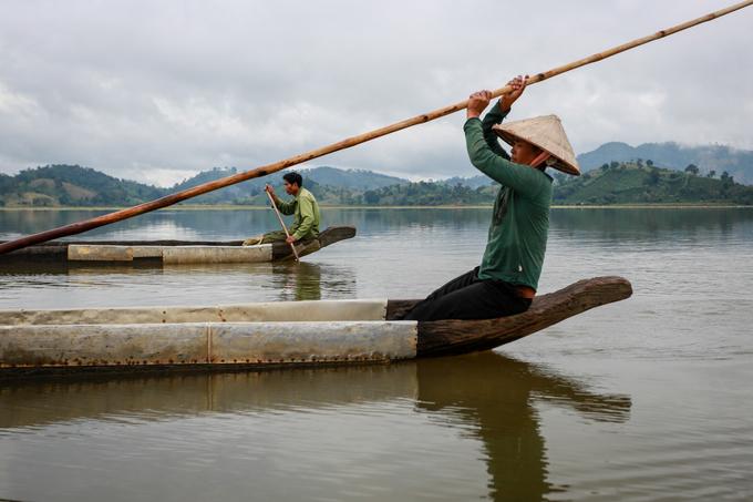 Du thuyền độc mộc là lựa chọn lý tưởng để du khách có thể khám phá những thảm thực vật phong phú ven hồ.