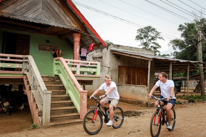 Du khách cũng có thể thuê xe đạp để khám phá những mái nhà tranh, nhà dài và văn hóa cộng đồng trong các buôn của người M'nông như buôn Jun, buôn M'liêng. Du khách cũng có thể thuê xe đạp để khám phá những mái nhà tranh, nhà dài và văn hóa cộng đồng trong các buôn của người M'nông như buôn Jun, buôn M'liêng.