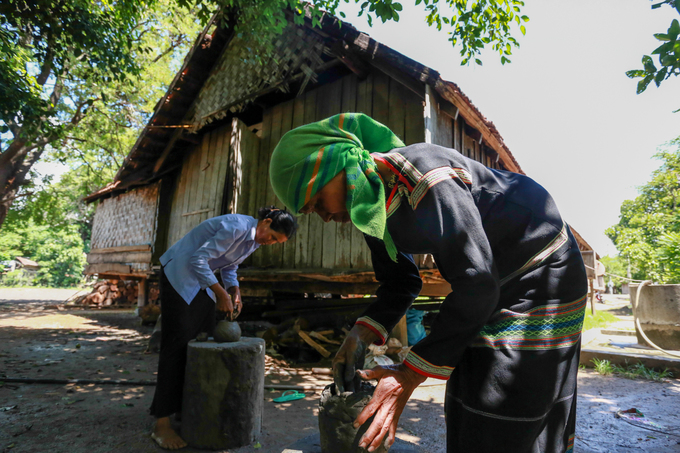 Cách hồ Lăk chưa đầy 10 km là xã Yang Tao, nơi duy nhất ở Tây Nguyên còn lưu giữ nghề gốm cổ của người M'nông Rlăm. Tại đây, du khách có thể tìm hiểu về nghệ thuật làm gốm thủ công cũng như mua các sản phẩm từ gốm về làm quà với giá cả phải chăng.