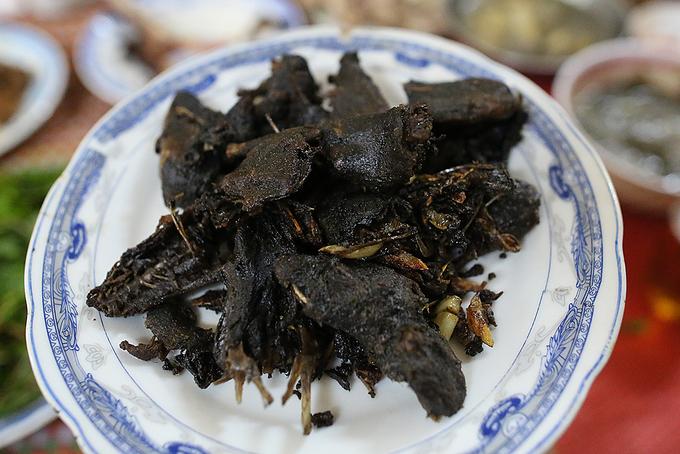 Món chuột nướng ăn ngon nhất khi còn nóng và ngồi quanh bếp lửa uống cùng rượu.