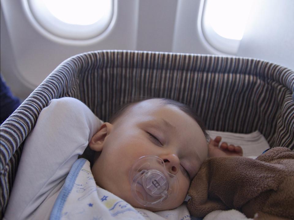 Đặt chỗ ngồi nôi cho các chuyến bay dài: Nếu bạn đi trên chuyến bay dài với trẻ sơ sinh, bạn có thể đặt một chỗ ngồi với một cái nôi. Nhờ đó, em bé của bạn sẽ có không gian riêng và ngủ trong chuyến bay. Các nôi có giới hạn trọng lượng thường khoảng 11 kg và bạn cần xác nhận với hãng hàng không trước chuyến bay. Ảnh: Shutterstock.
