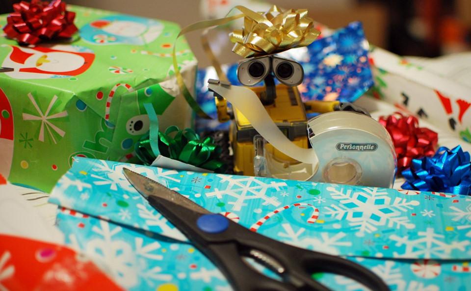 """Mua một số đồ chơi mới và bọc lại: Một ý tưởng tuyệt vời khác là bạn hãy mua một vài đồ chơi nhỏ và gói lại. Khi nhận thấy đứa trẻ bắt đầu quấy khóc, bạn dùng đến bí kíp này. Gói đồ chơi thu hút sự tò mò và thích thú của con bạn, bé sẽ dành toàn bộ thời gian để mở gói, sau đó chơi với món đồ đó. Bạn có thể """"giết"""" ít nhất nửa giờ với mỗi món đồ chơi. Ảnh: Morgan."""