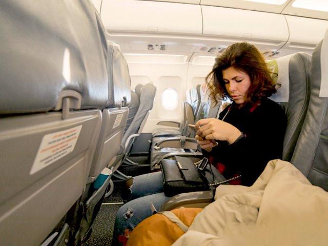 Đặt chỗ ngồi ở phía trước: Càng gần phía trước càng tốt. Bên cạnh việc lên máy bay và xuống xe dễ hơn, thường có một khoảng không gần phía trước, bạn có thể để con khám phá một chút nếu bé quá gò bó ở chỗ ngồi. Ngoài ra, nếu có bất cứ yêu cầu gì, bạn cũng dễ dàng tiếp xúc với tiếp viên hàng không hơn. Ảnh: Natali Zakharova.