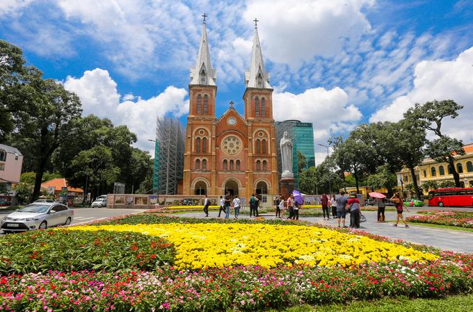 Vào ngày 17/9, khuôn viên trước nhà thờ Đức Bà hơn 100 năm tuổi đã hoàn thiện chỉnh trang thành vườn hoa. Quận 1 quyết định cải tạo lại khoảng không gian này do các công viên tại trung tâm Sài Gòn đang khá sơ sài, du khách phản ánh cây xanh đơn điệu, nhàm chán.