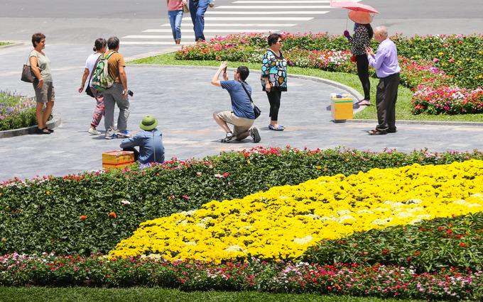 """Các du khách ghé qua nhà thờ Đức Bà cũng tranh thủ chụp ảnh trong vườn hoa. """"Tôi từ ngoài Bắc vào Sài Gòn du lịch lần đầu tiên, ra nhà thờ này tham quan. Những vườn hoa đủ màu sắc đẹp lắm, tạo nên vẻ sinh động cho nơi đây"""", chị Lan (du khách Hà Nội) cho biết."""
