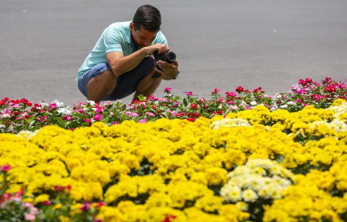 """""""Tôi ra nhà thờ Đức Bà cũng nhiều lần rồi, trước kia ở khuôn viên chỉ trồng cỏ, trang trí mấy chậu kiểng trông khá đơn điệu. Nay trồng thêm nhiều loại hoa sẽ giúp không gian vốn có nhiều giá trị văn hóa lịch sử này thêm hấp dẫn"""", vị khách đến từ Australia chia sẻ."""